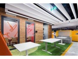 Biuro firmy Stanley Black & Decker, Warszawa – pionowe akustyczne Baffles Armstrong łączą akustyczne właściwości i niecodzienny, designerski wygląd