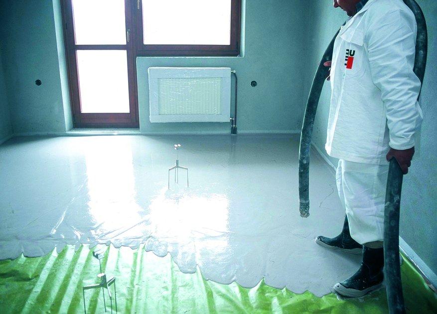 Wylewanie podkładu pływającego na warstwie izolacji termicznej i/lub akustycznej