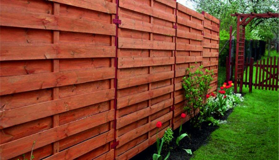 Jeśli nasz dom zlokalizowany jest w mieście, to ogrodzenie poza wyznaczeniem granic działki powinno chronić przed hałasem, kurzem i brudem z sąsiadujących ulic. Czasem musi także strzec otoczenie domu przed wzrokiem przechodniów. Dobrym rozwiązaniem są w tym przypadku ogrodzenia panelowe. Są trwałe, dostępne w różnych wzorach i kolorach, a ponadto niedrogie. Kolejną zaletą ogrodzeń panelowych jest to, że ich montaż przebiega szybko i możemy wykonać go samodzielnie. Jest to głównie zasługa ich budowy, ponieważ składają się z powtarzalnych elementów, które montuje się przy pomocy specjalnych zaczepów.