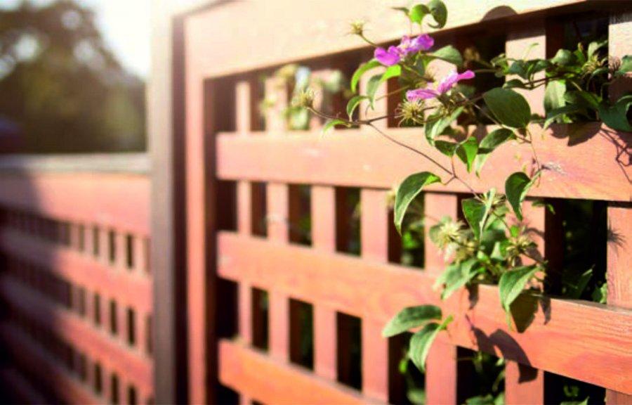 Ażurowe ogrodzenia wyglądają lekko, jednocześnie zapewniając swobodny przepływ powietrza w ogrodzie i korzystny mikroklimat. Pozwalają połączyć widokowo wnętrze domu i ogrodu z otaczającym je krajobrazem. Są godne rozważenia, gdy dom został zbudowany poza miastem. Tu ogrodzenie ma wyznaczać jasną granicę, a nie chronić przed oczami przechodniów i zapewniać poczucie bezpieczeństwa. Chcąc zagwarantować sobie więcej prywatności, warto posadzić wzdłuż płotu rośliny. Lepiej stworzyć naturalne przegrody z grup roślin, żywopłotu czy pnączy porastających parkan. Płoty budowane na otwartej przestrzeni są znacznie bliższe naturze, dlatego powinniśmy do ich stworzenia wykorzystywać materiały naturalne, np. drewno.