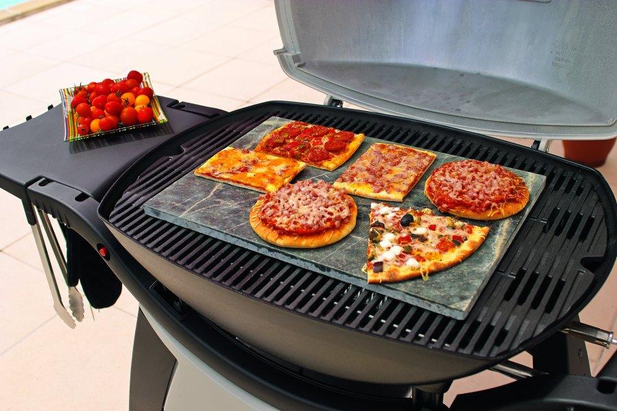 Pizza pieczona na żywym ogniu jest dużo smaczniejsza niż ta przygotowana w piekarniku. Jest bardziej chrupka ima ten niesamowity zapach dania z grilla, specyficzny i niepodrabialny. Oczywiście nie musimy pizzy kłaść bezpośrednio na ruszt, ponieważ mamy do użycia płyty kamienne. Dzięki zdolnościom zatrzymywania ciepła mogą być one używane do pieczenia konwekcyjnego. Wtedy potrawy nie są stawiane bezpośrednio nad źródłem ciepła, ale są ogrzewane przez obieg gorącego powietrza. Płyty kamienne do pieczenia pizzy mogą być wykorzystywane do przyrządzania również innych potraw, np. ciasteczek czy chleba.