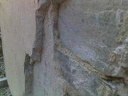 Nakładanie grubego nowego tynku na stary pomalowany tynk