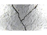 Makroskopowe zdjęcie pęknieć mocnego tynku na słabym nienośnym podłożu