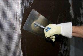 W zależności od rodzaju obciążenia:  wykonanie wzmocnienia poprzez wtopienie  siatki z włókna szklanego w pierwszą   (fot. Botament®)