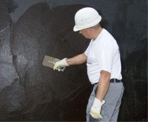 Całopowierzchniowe szpachlowanie drugiej warstwy grubowarstwowej izolacji bitumicznej (fot. Botament®)