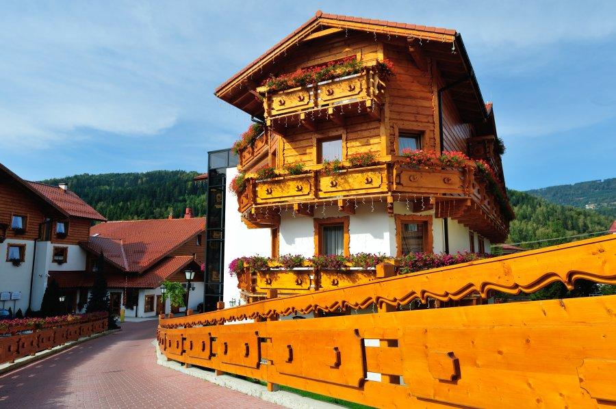 Hotel Meta w Szczyrku Elementy drewniane na elewacji hotelu są pomalowane Lazurą ochronną 4-letnią V33