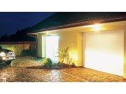Bramę garażową można oświetlić, montując oprawy w nadprożu nad bramą lub podbitce okapu zadaszenia fot. WIŚNIOWSKI