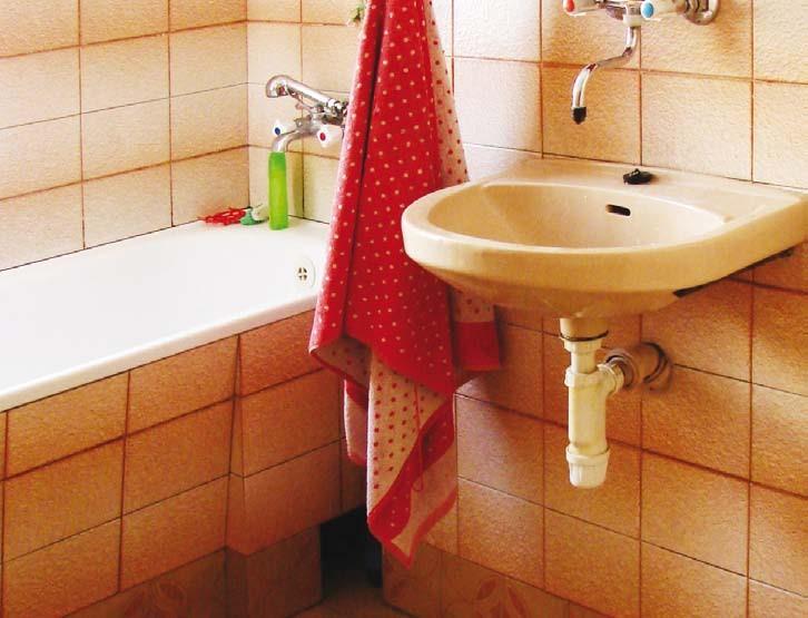 Często przyjmuje się, że szczelne wyłożenie łazienki płytkami ceramicznymi wystarczy do zabezpieczenia jej przed wodą i wilgocią. Nie jest to prawdą – niezbędna jest odpowiednia hydroizolacja.