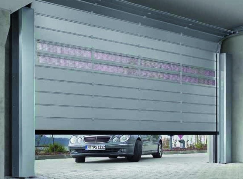 Ocieplona brama garażowa to konieczność, jeśli garaż wbudowany jest w bryłę budynku. Dzięki niej ciepło nie będzie uciekało z garażu i przylegających do niego pomieszczeń. Pozwala to na obniżenie rachunków za ogrzewanie