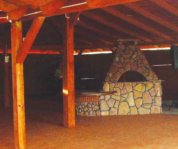 Grill można umieścić w altanie, co jest wygodne, gdyż umożliwia korzystanie z kącika nawet podczas niepogody. Sobex.indd