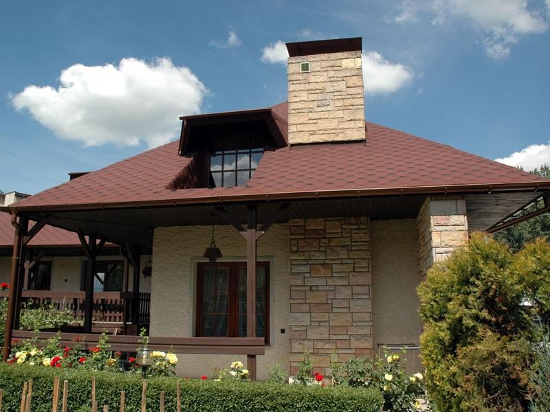 Dachówki bitumiczne to materiał bardzo atrakcyjny – zarówno z punktu widzenia estetyki, jak i względów praktycznych