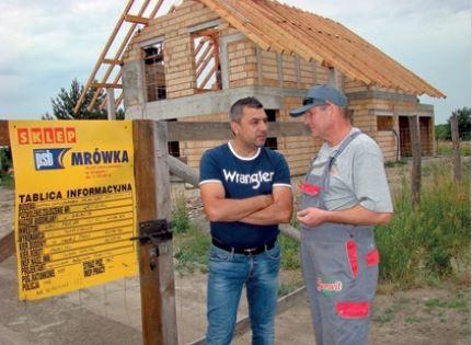 Place budowy w Chwałowicach zaopatruje w materiały budowlane sklep PSB Mrówka w Jelczu-Laskowicach. Rozmawiają Andrzej Skocz i Zbigniew Kuc, brygadzista w AS-BUD