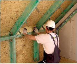 Szczelne zaizolowanie murłaty w celu zapewnienia ciągłości izolacji. Docięcie wełny w zależności od kąta nachylenia dachu.