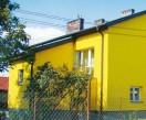 Modne obecnie intensywne kolory farb muszą pasować do barwy dachu i do otoczenia.