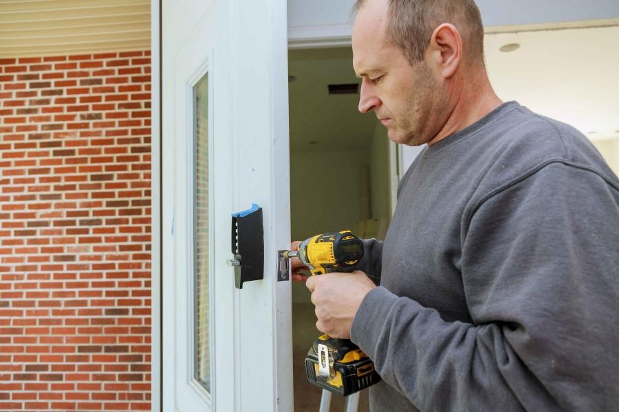 Montaż drzwi zewnętrznych kończy zamontowanie zamka