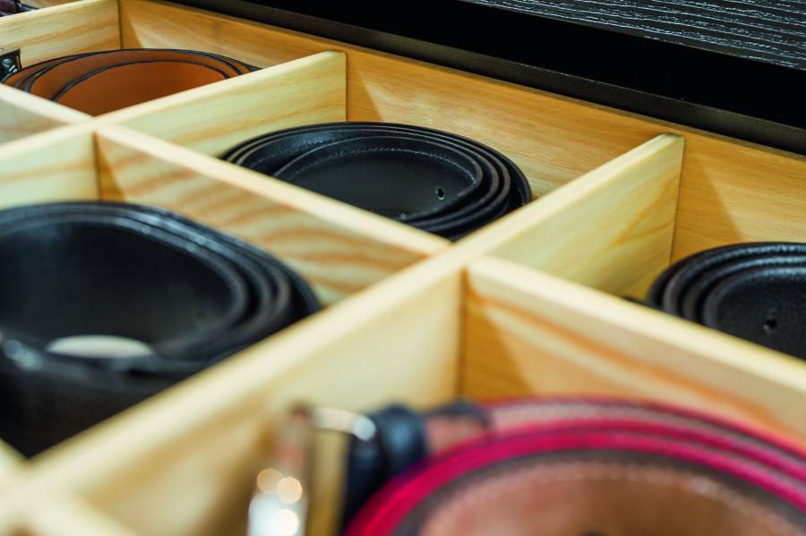 Warto wybrać taki wieszak dodatkowo wyposażony w półkę lub schowki