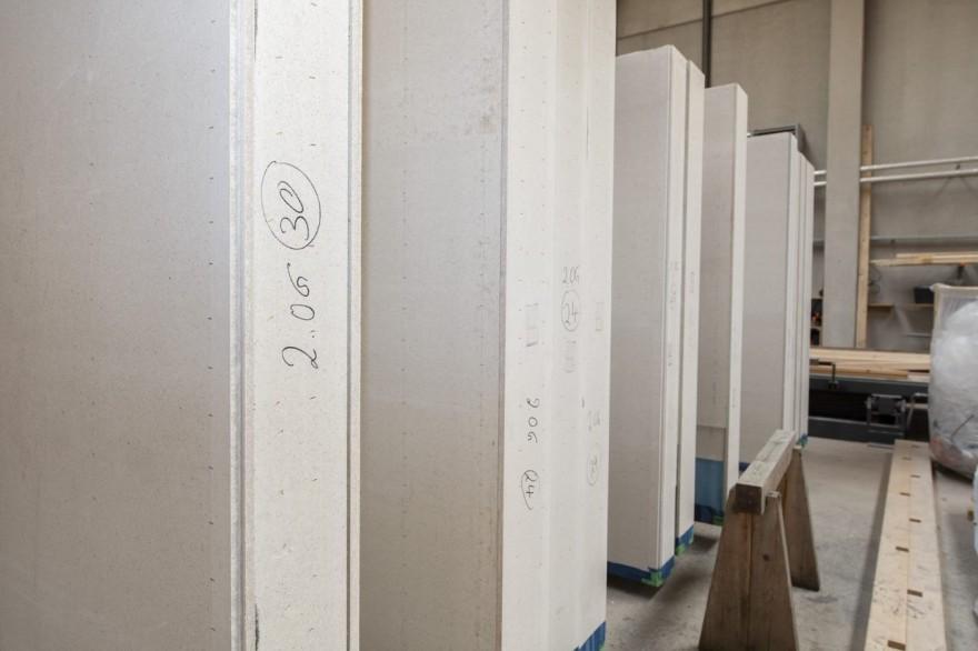 Systemy o niskich szerokościach dla mocnych ścian:  Ze względu na swoje wysokie parametry materiałowe płyty gipsowo-włóknowe fermacell® mogą być stosowane jako nośne, usztywniające okładziny ścienne, jako bezpośrednie okładziny konstrukcji drewnianych oraz jako poszycie usztywniające rozwiązań sufitowych i dachowych. Są one również niemal bezemisyjne. (Zdjęcie: James Hardie Europe GmbH)