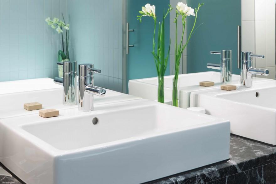 Zdj. 2. Miski montowane na blacie sprawdzą się nie tylko w przestronnych łazienkach, ale również w małych pomieszczeniach, gdzie możliwości aranżacyjne są mocno ograniczone.