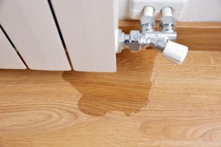 Zdj. 1. Wewnętrzne przyczyny powstania wilgoci - może stać za nimi uszkodzenie instalacji wodnej, niedostateczna wentylacja pomieszczeń lub ich słabe ogrzewanie.