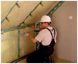 Drugą warstwę wełny najłatwiej montować prostopadle do pierwszej warstwy, tnąc z długości rolki i nabijając na wieszaki. Dodatkowo, eliminuje się potencjalne liniowe mostki termiczne. Wystarczy nawet 10 cm wełny szklanej o niskiej lambdzie.