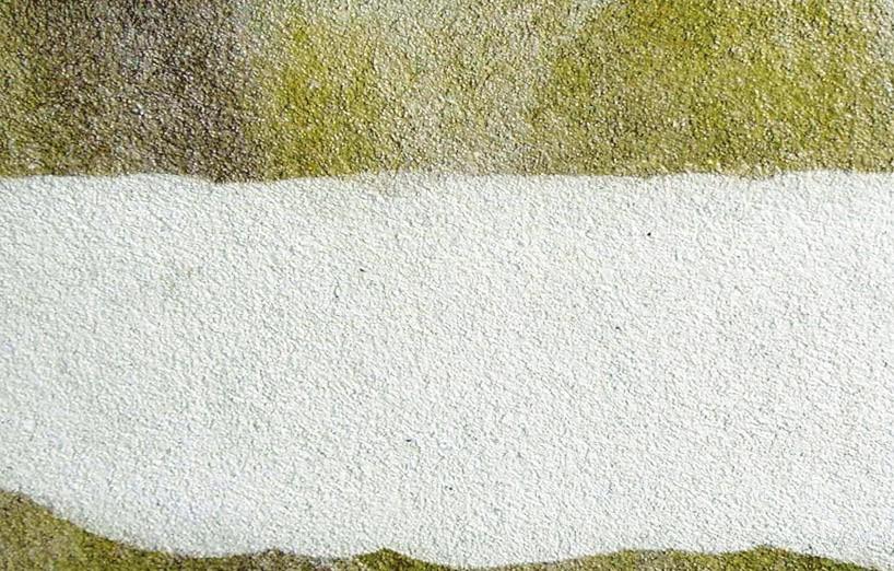 Podczas mycia ścian wodą pod wysokim ciśnieniem usuwany jest nalot.