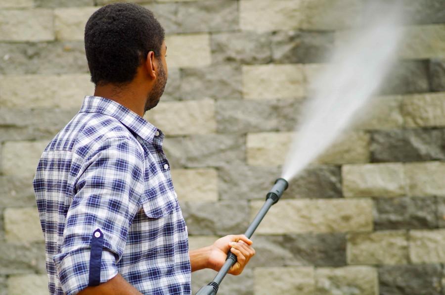 Mycie klinkieru za pomocą myjki ciśnieniowej jest łatwe, a przy tym efektywne (fot. AdobeStock)