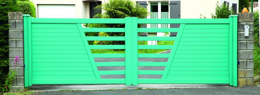 Właściciele domów jednorodzinnych bardzo często sięgają po bramy rozwieralne