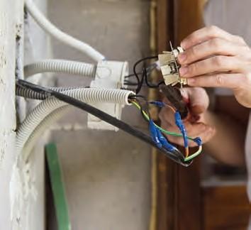 Zdj 2. Wymiana starej lub uszkodzonej instalacji elektrycznej oraz jej rozbudowa ododatkowe obwody oznacza układanie nowych przewodów.