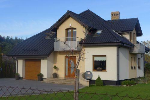 Największą zaletą garażu wpisanego w bryłę budynku jest oszczędność miejsca na działce (fot. K. Jankowska)