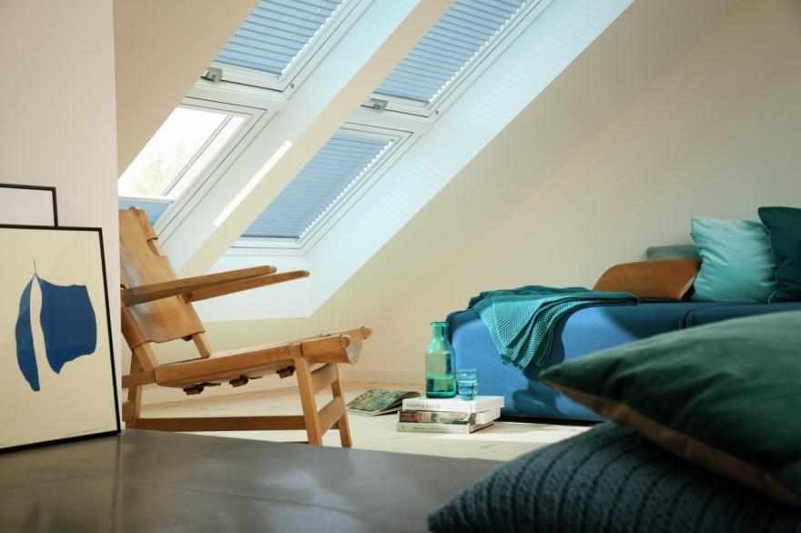 Zdj. 1. Nowe trzyszybowe okna dachowe VELUX gwarantują domownikom jeszcze wyższe niż dotychczas parametry energooszczędności, a także lepszą izolację akustyczną i łatwiejsze czyszczenie. Źródło: Archiwum VELUX.