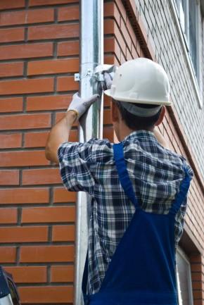 Potencjalnym miejscem przecieków mogą być rynny - wszelkie usterki naprawiajmy na bieżąco (fot. fotolia.com)