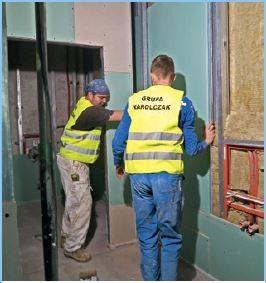 Zabudowa wodoodporną płytą g-k (system Knauf) ścianki instalacyjnej w łazience.