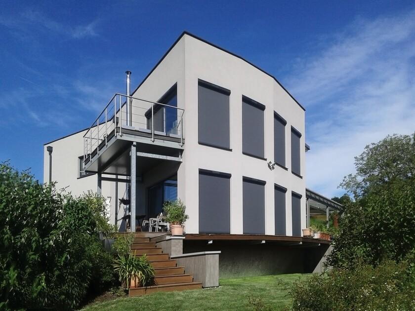 Na piętrze można zaplanować pełnowymiarowe okna pionowe