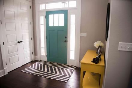 Kolorowe drzwi to ważny element dekoracyjny (fot. AdobeStock)