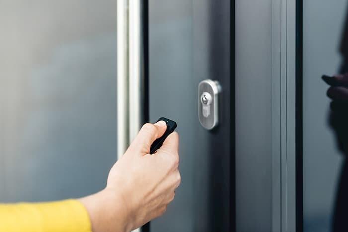 Zamek do drzwi wejściowych otwierany pilotem