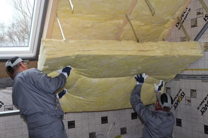 Aby uzyskać wymaganą izolacyjność cieplną dachu, wełnę mineralną należy układać w dwóch warstwach (fot. Isover)