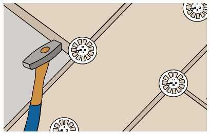 Jeśli zachodzi taka potrzeba, wełnę mocuje się również kołkami montażowymi.