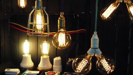 Osłonięte przezroczystym szkłem dekoracyjne żarniki węglowe
