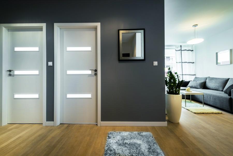 Montując drzwi w niewielkiej odległości od siebie, warto wcześniej zaplanować sposób ich otwierania. Inaczej skrzydła drzwiowe mogą ze sobą kolidować