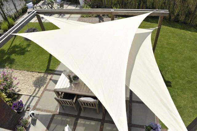 Żagle przeciwsłoneczne to efektowna i funkcjonalna forma zadaszenia przydomowych przestrzeni