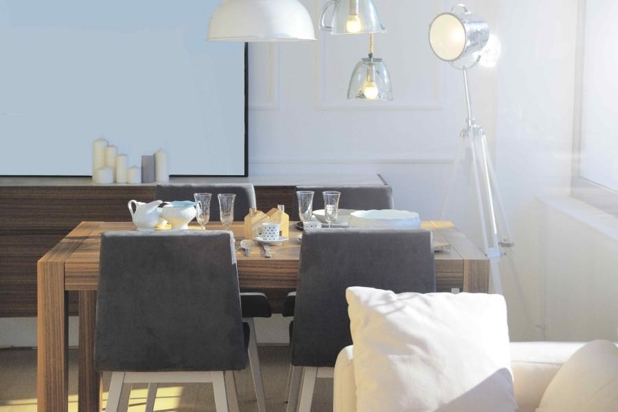 Nad stołem kwadratowym lub prostokątnym warto umieścić kilka mniejszych lamp