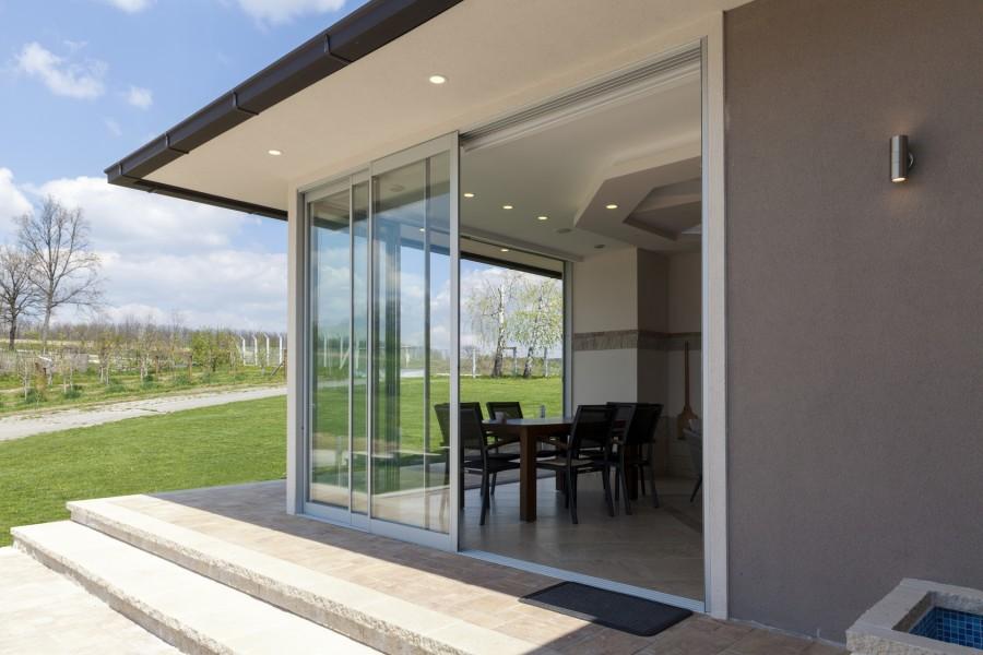 Duże przeszklenia radykalnie odmieniają wygląd domu i wnętrza (fot. AdobeStock)