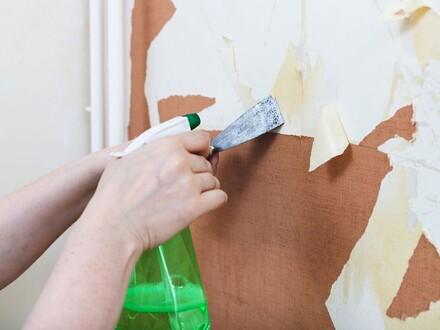 Chcąc usunąć tapetę na mokro należy zwilżyć ją wodą