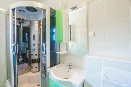 Głęboki brodzik w łazience