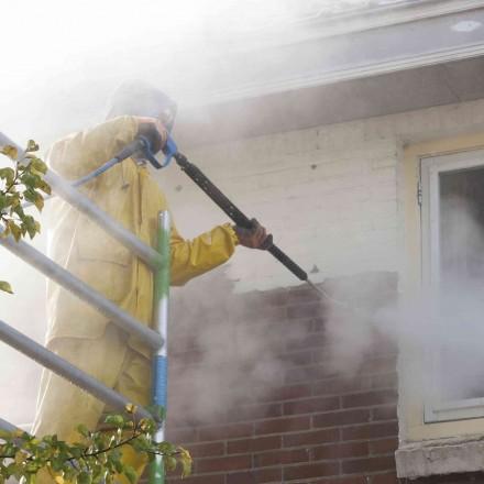 Piaskowanie to czyszczenie elewacji silnym strumieniem sprężonego powietrza