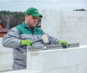 Murując należy kontrolować poziom układanych warstw, ewentualnych korekt dokonując młotkiem gumowym.
