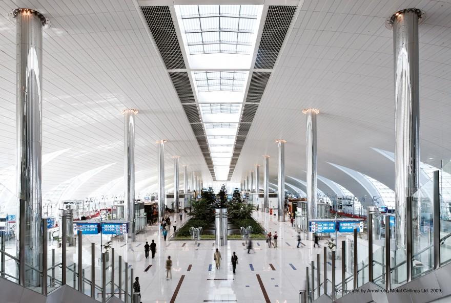 Niestandardowe metalowe okładziny ścienne nieperforowane, kolor RAL9010 System sufitowy Metal R-H 200 Plain w kolorze RAL 9010 - Międzynarodowe Lotnisko w Dubaju