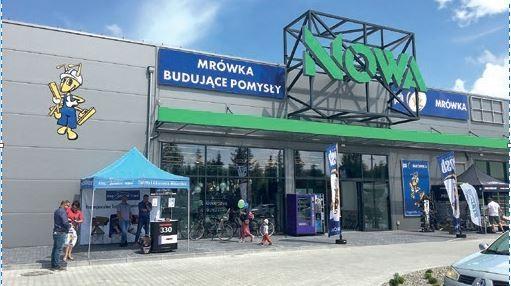 NOWA SARZYNA (woj. podkarpackie) – otwarcie Mini-Mrówki odbyło się 18.06.2020 r., – właścicielem jest firma DAWMON, – powierzchnia handlowa sklepu wynosi 700 m2 + ogród zewnętrzy 300 m2, – w markecie pracuje 12-osobowa załoga.