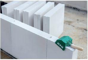 Panele z betonu komórkowego o powiększonych wymiarach pozwalają na skrócenie czasu wykonywania ścian działowych.