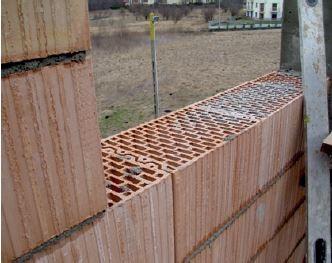 Widoczny zamek na połączeniu pustaków murowanych w systemie na pióro i wpust.